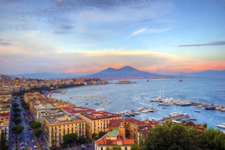 Il-Golfo-di-Napoli-e-la-Costiera-Amalfitana-visti-da-uno-yacht